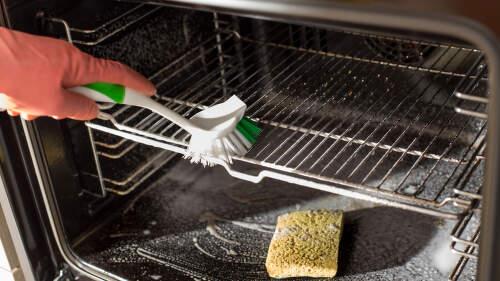 Jak vyčistit troubu: Pomohou speciální přípravky, jedlá soda nebo ocet